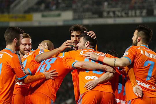 Игроки Валенсии прозднуют разгромную победу над Эльче